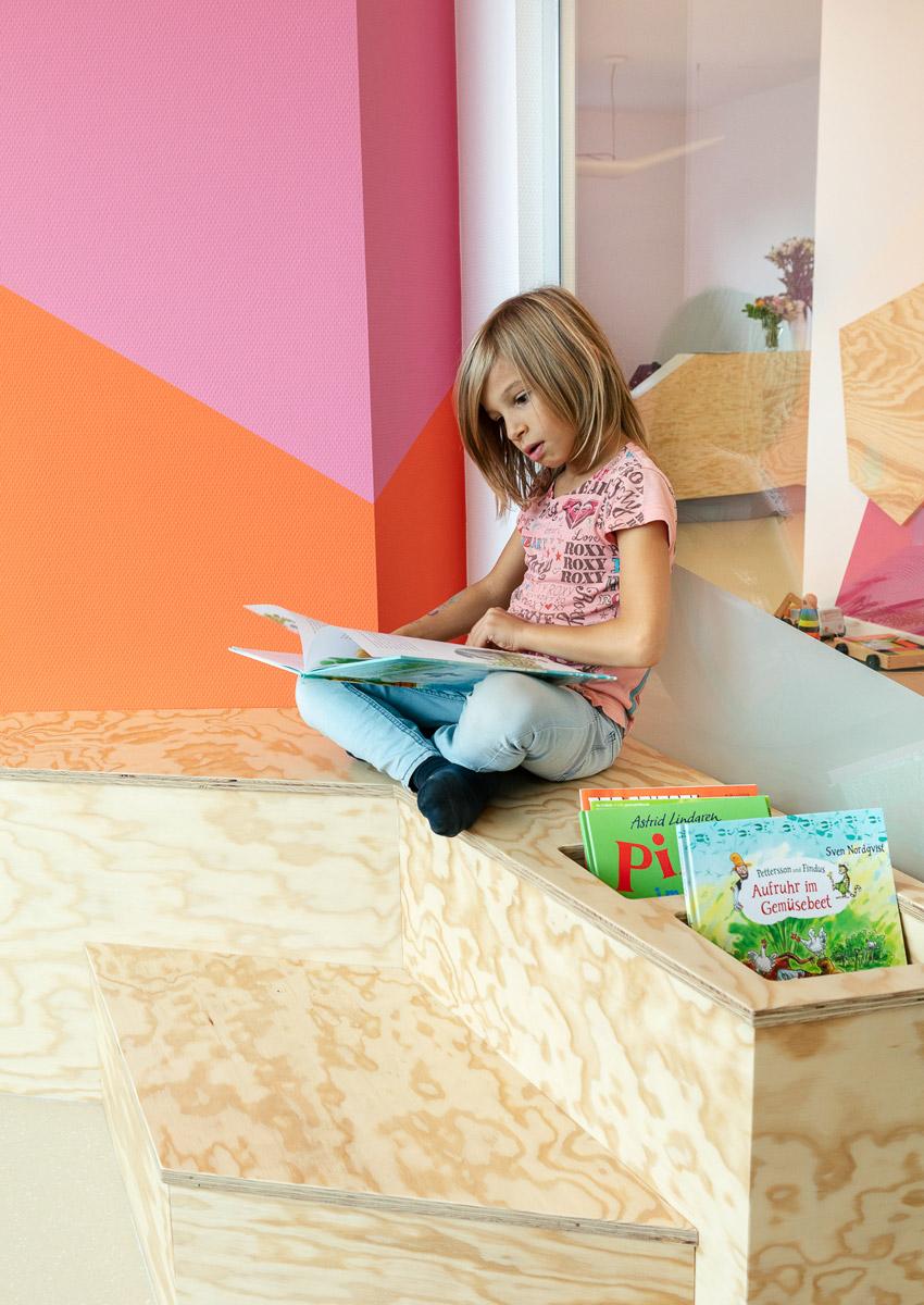 baukind Kinderzahnarztpraxis Kinderlieb Wartebereich Leseecke