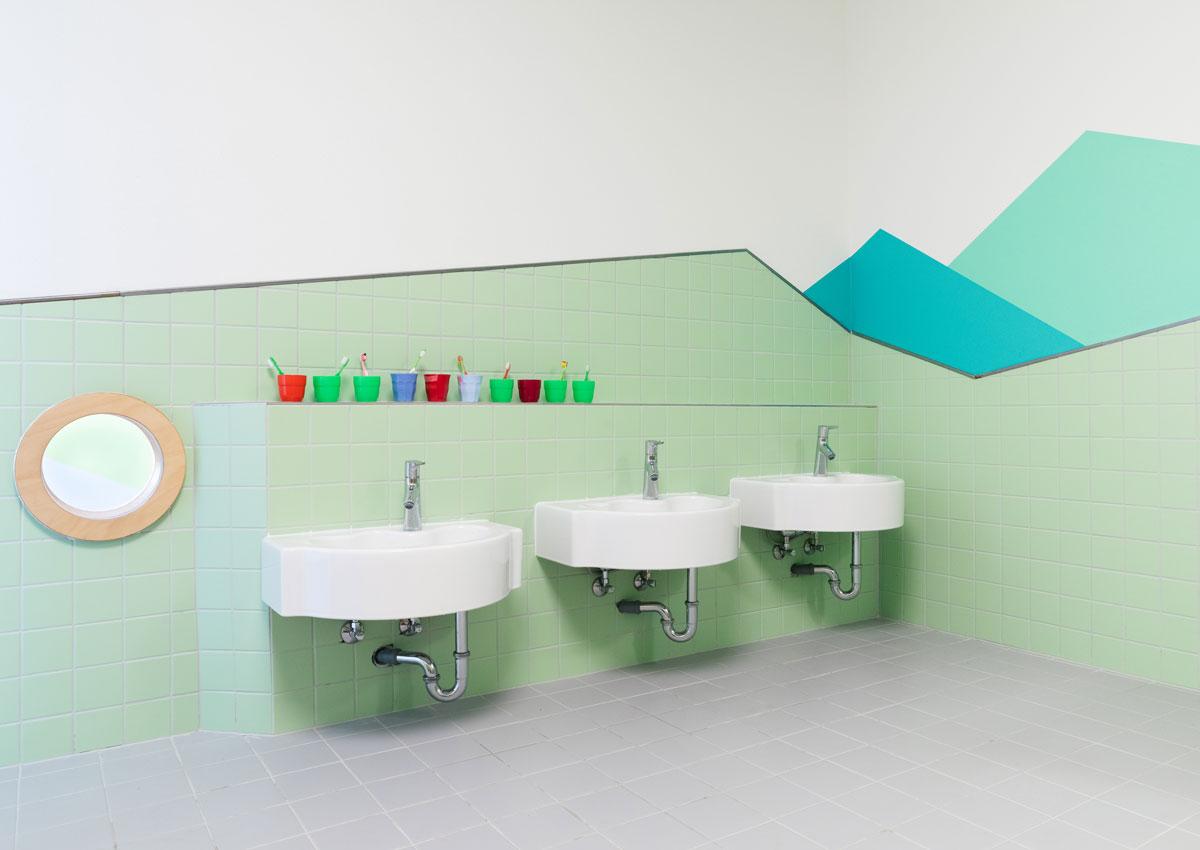 baukind Kita Grashüpfer Innenraum Kinder-Bad Waschbecken